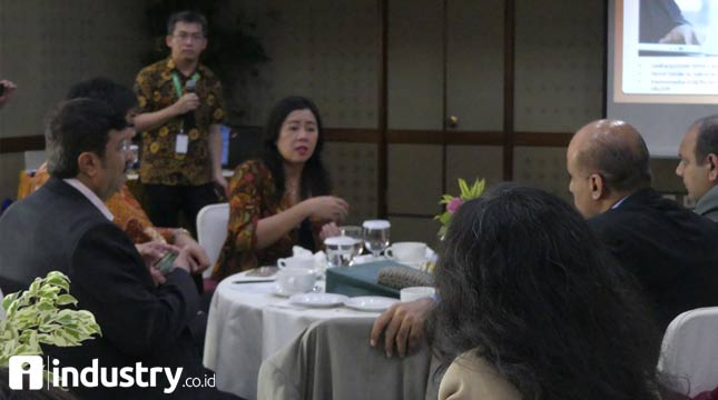 General Manager of Kendal Industrial Area Susana Wijaya chatted with delegates from Karachi (Hariyanto / INDUSTRY.co.id)