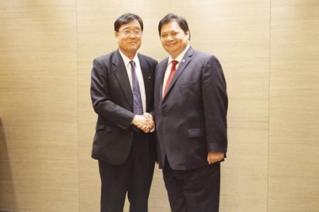 Menperin Airlangga Hartarto shook hands with CEO of Mitsubishi Motors. Osamu Masuko before a meeting in Tokyo. (Photo PR)