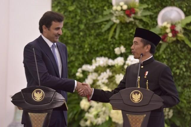 Presiden Jokowi bersama Emir Qatar Syekh Tamim bin Hamad Al Thani di Istana Kepresidenan Bogor, Rabu (18/10). (Foto: Humas/Oji)