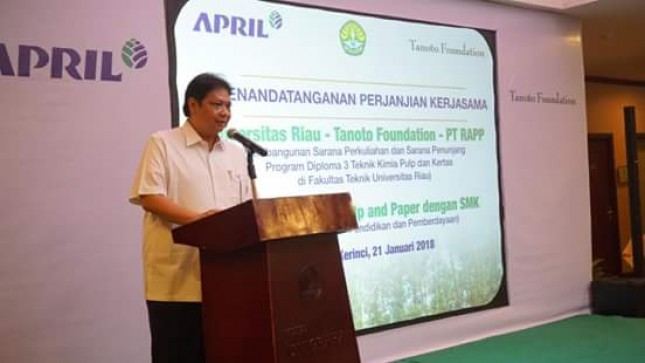 Menperin Airlangga Hartarto during his working visit to PT RAPP in Riau, Pekanbaru (Photo: Humas)