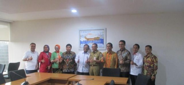 KSPP Deputy of the Ministry of State-Owned Enterprises of the Republic of Indonesia Ahmad Bambang on Monday (12/3/2018) submitted a Letter of Appointment of President Director of PT JIEP Landi Rizaldi and Director of Operations and Development, Beta