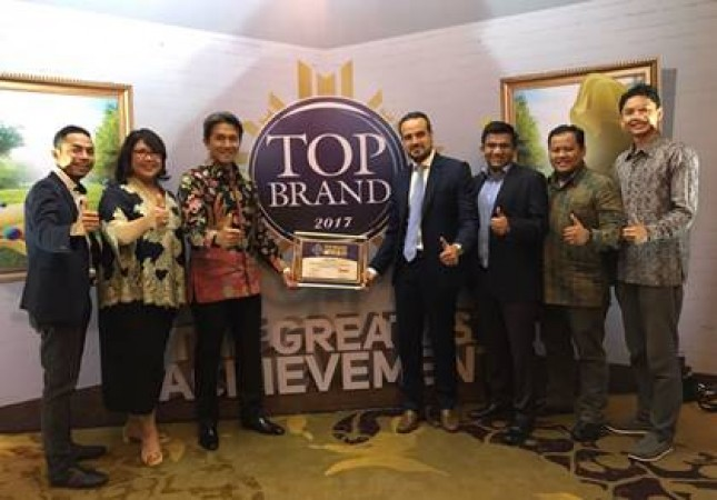Country Leader of Philips Lighting Indonesia, Rami Hajjar and Philips Lighting Indonesia management after receiving the Top Brand Award 2017