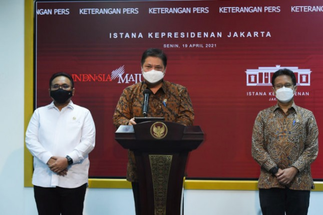 Coordinating Minister for Economic Affairs Airlangga Hartarto, accompanied by Minister of Religious Affairs Yaqut Cholil Qoumas and Minister of Health Budi G. Sadikin