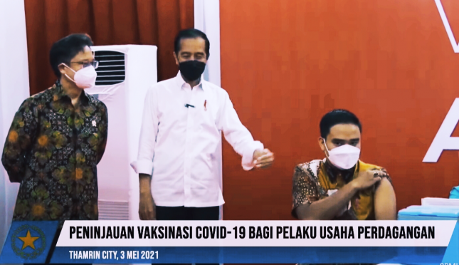 President Jokowi, accompanied by Minister of Health Budi G. Sadikin, inspects the implementation of mass COVID-19 vaccination in Thamrin City, Jakarta Province. (Source: Screenshot of Presidential Secretariat YouTube Video)