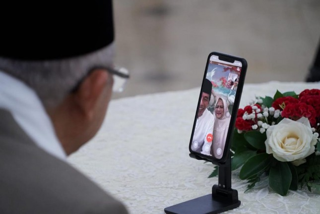 President Jokowi and First Lady Iriana meet virtually with Vice President Ma'ruf Amin and his spouse Wury on Eid day from the Bogor Presidential Palace, West Java, Thursday (13/05). (Photo by: Vice Presidential Secretariat/Iwan)