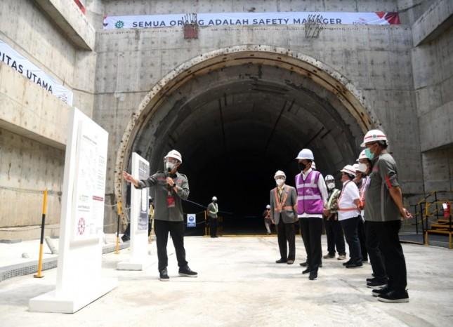 President Jokowi inspects Tunnel #1 Jakarta-Bandung High-Speed Train project at KM 5+500 Jakarta – Cikampek Toll Road, Bekasi, Tuesday (18/5). (Photo by: BPMI /Lukas)