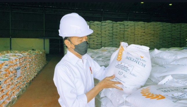 President Jokowi inspects rice stock availability at Bulog warehouse in North Jakarta (21/07/2021). (Photo by: Presidential Secretariat's Press, Media, and Information Bureau)