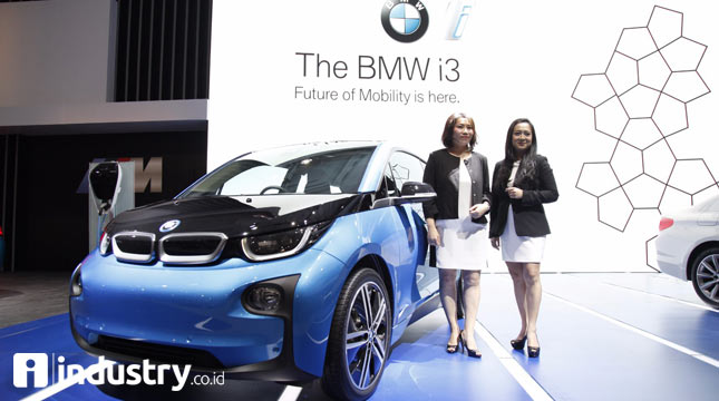 Karen Lim, President Director of BMW Group Indonesia and Jodie Otania, Vice President of Corporate Communications of BMW Group Indonesia taking pictures with BMW i3.