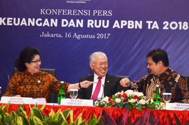 Minister of Industry, Airlangga Hartarto, together with Health Minister Nila Moeloek and Trade Minister Enggartiasto Lukita before the Press Conference of Financial Note and RUU APBN 2018 in Jakarta, August 16, 2017.