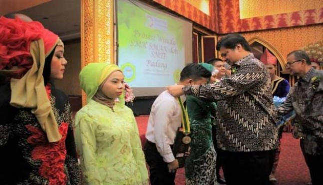 Menperin Airlangga Hartarto throw a medal to the graduate of SMK Padang (Photo Humas)