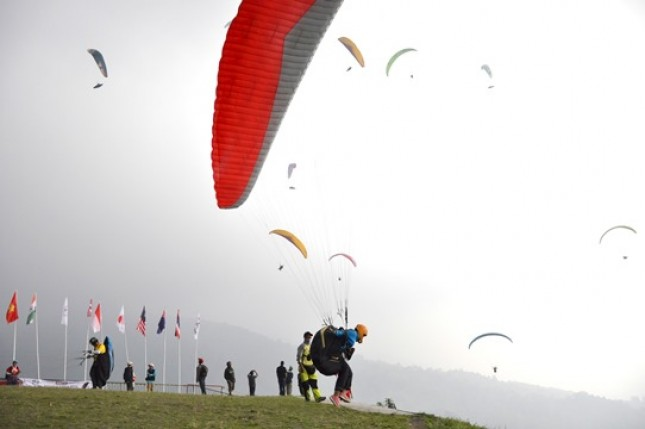 In the midst of cloudy weather, a participant of the 2017 Trophy Parallian World Cross Paralayang, taking off at Mount Mas Ronde I, Saturday (12/8). (Photo: TAGOR SIAGIAN / HUMAS FASI)