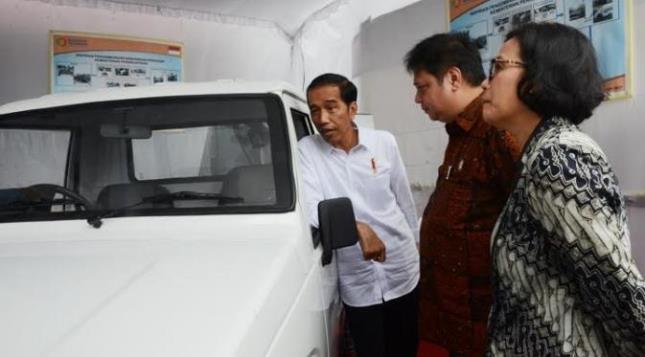 Menperin Airlangga Hartarto with President Jokowi and Finance Minister Sri Mulyani (Foto Setkab)