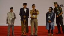 Presiden Jokowi meladeni permintaan warga untuk ber-selfie, di Gedung Sultan Suryansyah, Banjarmasin, Jumat (15/9) (Foto: Humas)