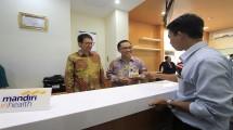 Direktur Utama Mandiri Inhealth Iwan Pasila berbatik corak ungu