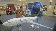 Visitors observed the aircraft owned by the airline PT Garuda Indonesia at Garuda Indonesia Travel Fair (GATF) 2017 in DI Yogyakarta, Friday (10/3). (ANTARA / Andreas Fitri Atmoko)