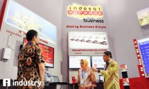 Director & Chief Wholesale & Enterprise Officer Indosat Ooredoo Herfini Haryono (tengah) berbincang dengan Division Head IOT & Vertical Apps Solutions Hendra Sumiarsa pada ajang pameran Indonesia Business & Development 2017 (Foto Rizki Meirino)