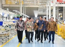President and Menperin review manufacturing factories