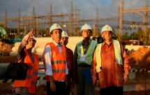 Presiden Jokowi bersama Dirut PLN meninjau proyek listrik ( setkab )