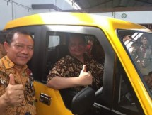 Minister of Industry, Airlangga Hartarto when trying the Village Car of Mahesa