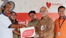 Direktur Kepatuhan Bank DKI, Budi Mulyo Utomo, bersama Direktur Rumah Zakat, Asep Nurdin (paling kanan), memberikan simbolis bantuan penyediaan fasilitas kebun Hidroponik kepada warga di Rusunawa Jatinegara Kaum di Jakarta, (12/12).
