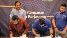 Signing process of cooperation letter of iruna eLogistics with Khrisna Logistic in Bali, December 26, 2017