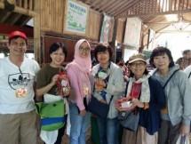 Wadir CCTI Eman Suleman Nasim bersama wisatawan Jepang anggota Hippo Family Club di Bogor (Foto Dok Industry.co.id)