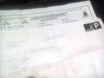 Dua lembar kertas yang menjadi bukti ketidakpraktisan bertransaksi di Secure Parking Kalibata City. Foto Abe