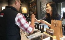 Evani Jesslyn is serving coffee customers at the First Crack Coffee Academy outlet (Abe Photo)
