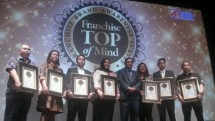 The award of the Top of Mind (TOM) 2017 Franchise (Photo: Ridwan)