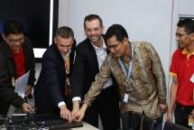 Chief Technology and Information Officer Indosat Ooredoo, Dejan Kastelic (dua dari kiri), Chief of Technology dan Information Officer Ooredoo Group, Ahmad Abdulaziz Al Neama (tiga dari kiri), dan Komite Regulasi Telekomunikasi Badan Regulasi Telekom