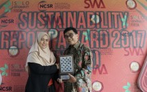 APP Sustainability Manager Sera Noviany when receiving Special Award for Early Application of GRI Standard (Photo: PR)