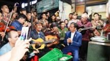 President Jokowi and street musician (Photo Dok Industry.co.id)