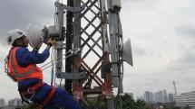 Pekerja memeriksa tower komunikasi milik XL Axiata. (Rizki Meirino/INDUSTRY.co.id)