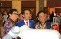 Menperin airlangga with president jokowi in roadmap industry 4.0 event