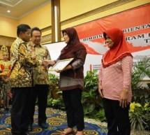 Mensos Idrus Marham dan Dirjen Perlindungan dan Jaminan Sosial Harry Hikmat (Foto Dok industry.co.id)