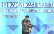 Minister of Industry Airlangga Hartanto (Center)