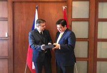 Minister of Industry Airlangga Hartarto exchanged souvenirs with the Deputy Minister of Foreign Affairs of the Czech Republic, Martin Tlapa.