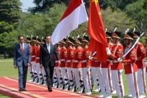 President of Indonesia Joko Widodo with Chinese Prime Minister Li Keqiang at the Presidential Palace of Bogor