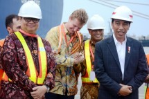 Minister of Industry Airlangga Hartarto along with President Joko Widodo when releasing exports of manufactured products to the US at Tanjung Priok Port, Jakarta
