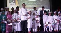 Presidium KAHMI H Kamrussamad memberikan santunan kepada Ratusan anak Yatim Piatu dalam acara KAHMI di Jakarta Minggu (20/5)a