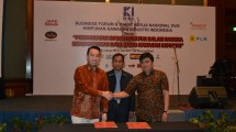 Commerce Director FiberStar Thomas Dragono tie up the cooperation of fiber optic network installation in two industrial estates, Kota Bukit Indah and JIEP Pulogadung, at the HKI Congress in JW Marriott Hotel Surabaya, Monday (31/7/2017)