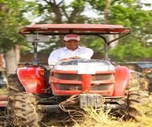 Mentan Amran Andi Sulaiman mencoba traktor sawah.