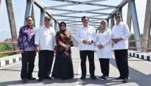 Pramono Anung took a picture with the Minister of PUPR and Minister of Transportation after being in Wijaya Kusuma Bridge, Kediri, East Java, which he just inaugurated. (Photo: Anggun / Humas)