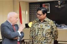 Minister of Industry Airlangga Hartarto along with Australian Ambassador to Indonesia Gary Quinlan AO