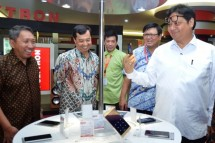 Meneprin Airlangga Hartarto with Director General of ILMATE Kemenperin Harjanto and CEO of PT Hartono Istana Teknologi, Hariono while visiting Polytron mobile phone factory in Kudus, Central Java