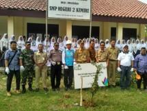 PLN se-Indonesia secara serentak melaksanakan penanaman 32.000 pohon yang ditanam di 32 unit operasional PLN dan juga di lahan kritis pada Selasa (5/6). (Foto: Fadli INDUSTRY.co.id)