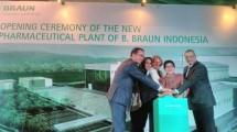 Menteri Kesehatan Nila F. Moeloek meresmikan pabrik cairan infus B.Braun di Kawasan Industri Indotaisei, Cikamepk, Karawang, Kamis (27/7/2017). (Irvan AF/INDUSTRY)