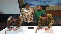 Ketua HKI Sanny Iskandar (paling kiri) dan Direktur Enterprise & Business Service Telkom Dian Rachmawan (paling kanan) saat menandatangani Nota Kesepahaman tentang Penyediaan dan Pengembangan Layanan Telecommunication, Information, Media, Edutainment