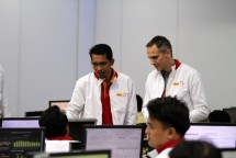 Director & Chief Technology and Information Officer Indosat Ooredoo, Dejan Kastelic (kanan) dan Group Head Network Operation Indosat Ooredoo, Umar Hadi (kiri) saat berbincang dengan tim Command Center Lebaran Festive di Indosat Ooredoo Network Operat