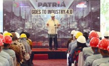 Minister of Industry, Airlangga Hartato in his press conference when visiting PT United Tractor Pandu Engineering factory in North Cikarang, Bekasi, on Thursday (5/7).